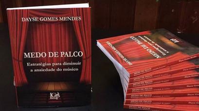 """A pianista Dayse Gomes lança seu livro """"Medo de palco"""""""